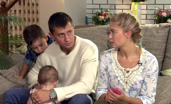 Павел Прилучный с женой и детьми