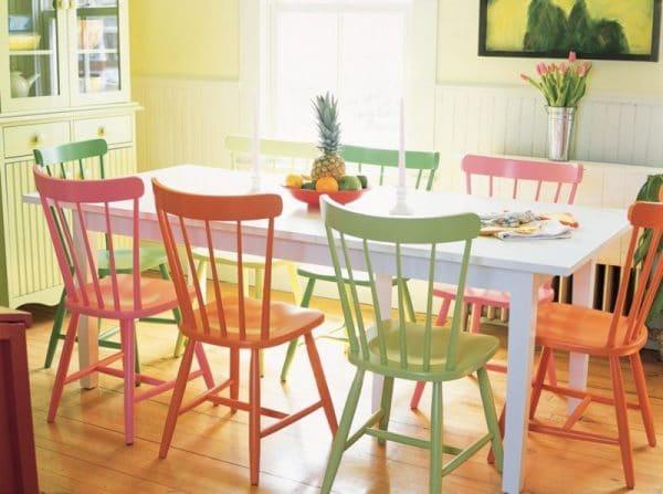 Разноцветные деревянные стулья в интерьере кухни