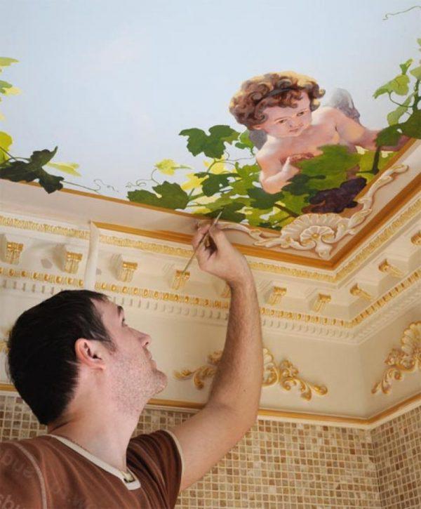 Нанесение росписи на потолке водяными красками