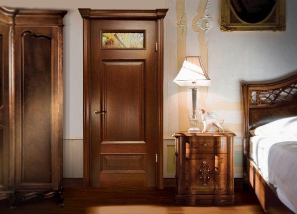 Темная массивная дверь в спальной комнате