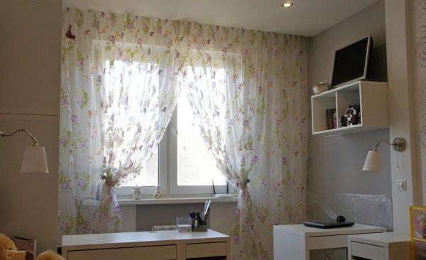 В небольшой комнате лучше использовать легкие шторы светлых тонов
