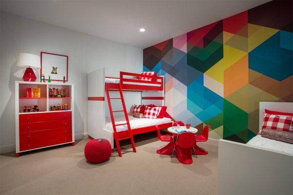 Яркий геометрический рисунок на стене в детской комнате
