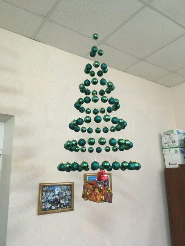 Новогодняя елка из полупрозрачной лески и шаров