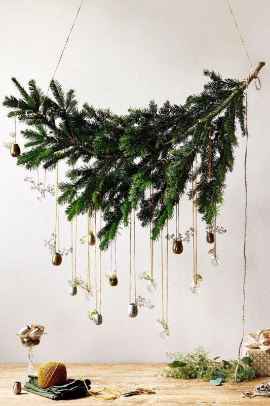 Новогодняя елка из хвойных веток на стене