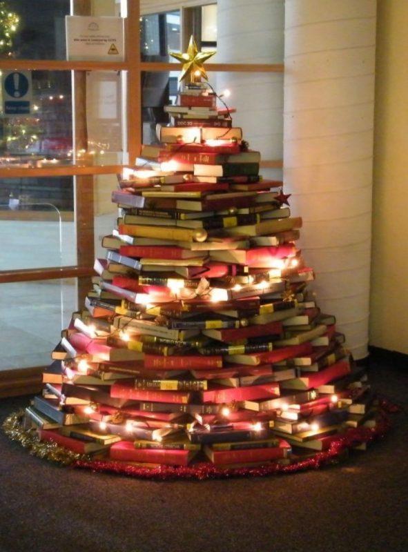 Новогодняя елка из стопки книг и журналов