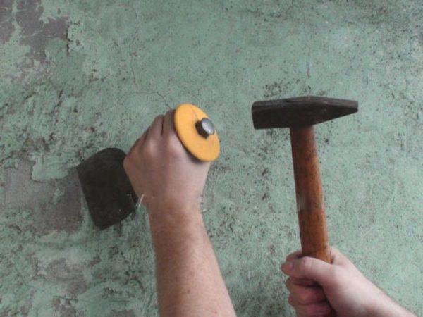 Удаление штукатурки ручным инструментом топориком