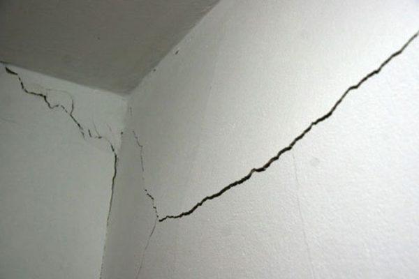 Трещины на стене в квартире