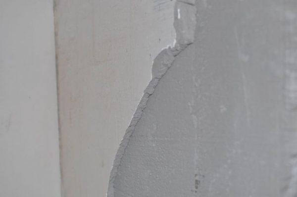 Штукатурка отходит от стены