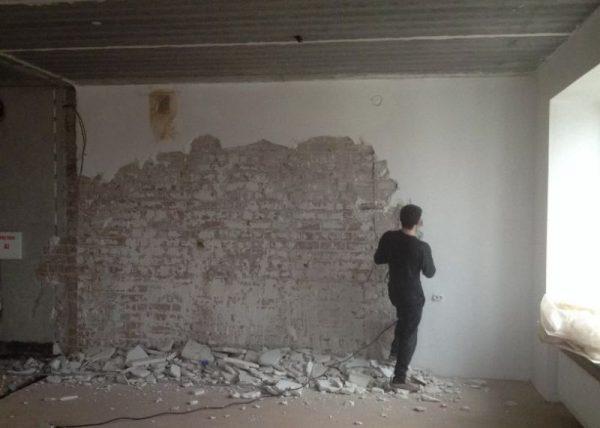 Демонтаж штукатурки с кирпичной стены
