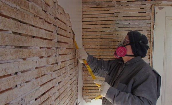 Демонтаж штукатурки с деревянной стены
