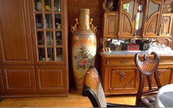 Огромная напольная китайская фарфоровая ваза занимает почетное место в гостиной Климовой
