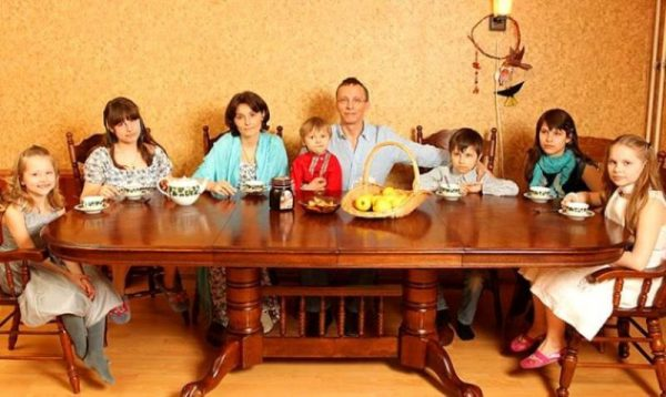 Семья Ивана Охлобыстина за большим столом