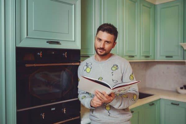 Сергей Лазарев на своей кухне в загородном доме