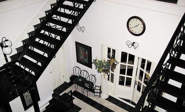 Кованная черная лестница в дом-музее модельера Вячеслава Зайцева