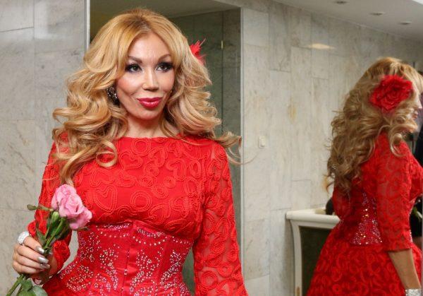 Маша в красном платье