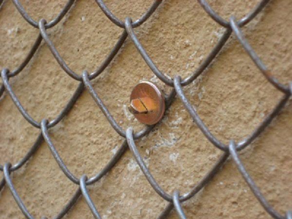 Крепление рабицы к стене