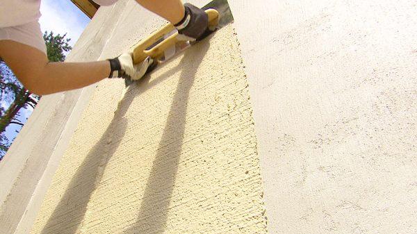 Нанесение эластичного покрытия на стену