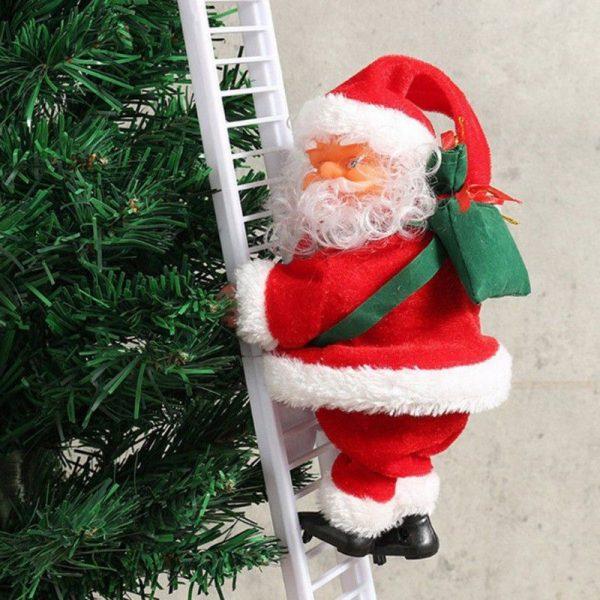 Взбирающийся Санта Клаус по лестнице на елку