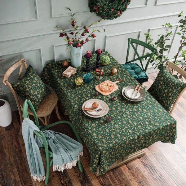 Сервированный стол с красивой новогодней скатертью