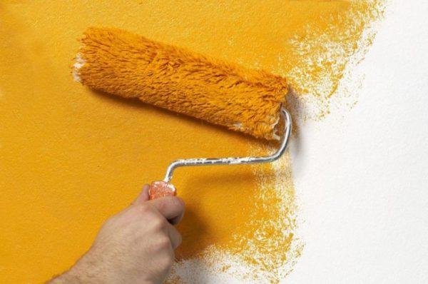 Покраска стены валиком в желтый цвет