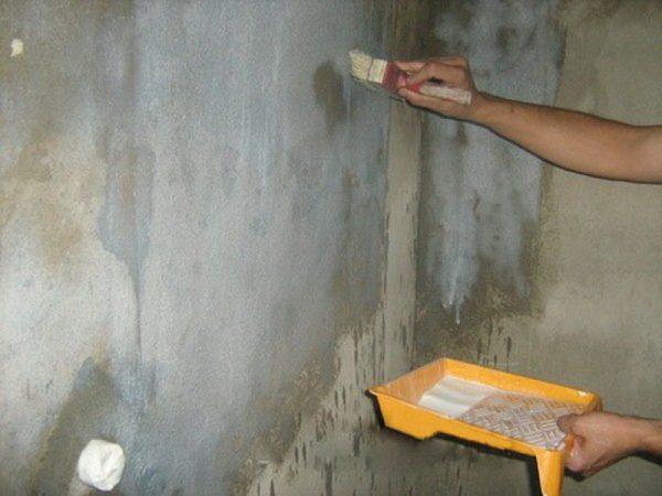 Перед нанесением штукатурки необходимо загрунтовать поверхность