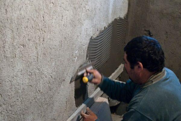 Под укладку плитки следует использовать цементные штукатурки