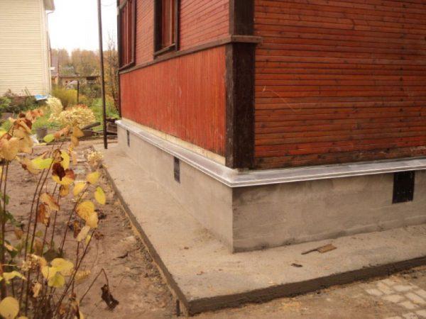 Подготовка бетонного цоколя к штукатурке