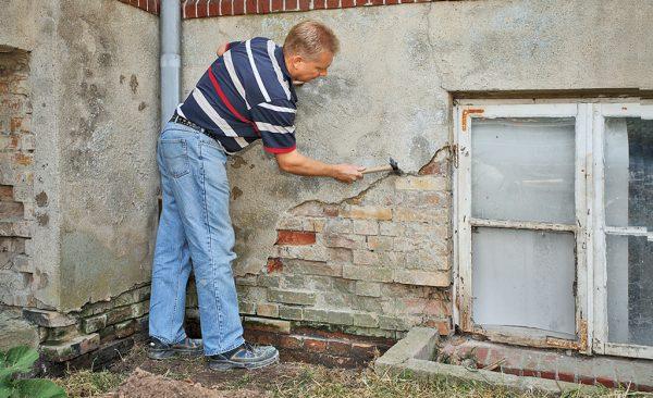 Подготовка стены из кирпича к штукатурным работам