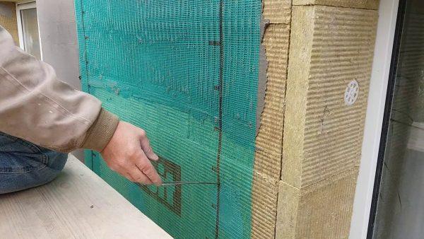 Укладка армированной сетки на утеплитель