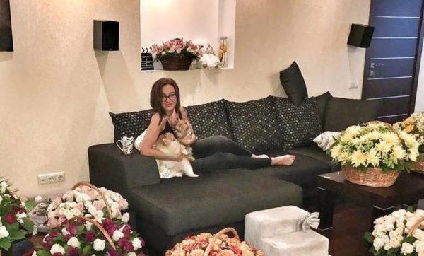Бывшая участница реалити-шоу Дома-2 в своей квартире