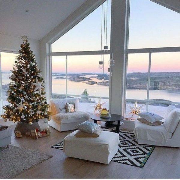 Интерьер с елкой у окна зимой