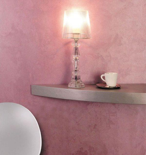 Розовая бархатная краска на стене