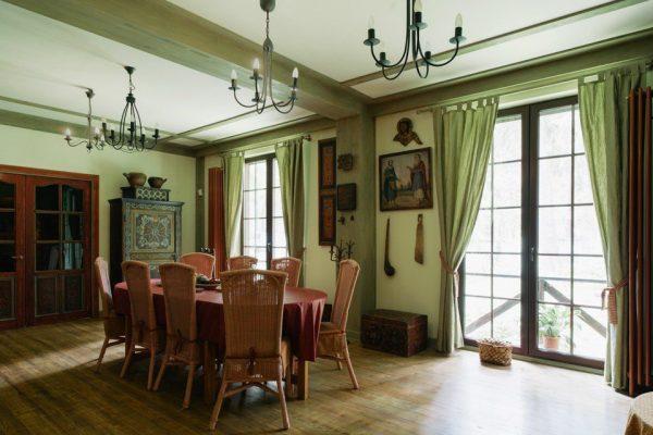 Оригинальный интерьер особняка Леонида Парфенова - гостиная столовая