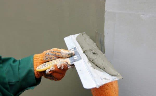 Использование шпателя для штукатурных работ