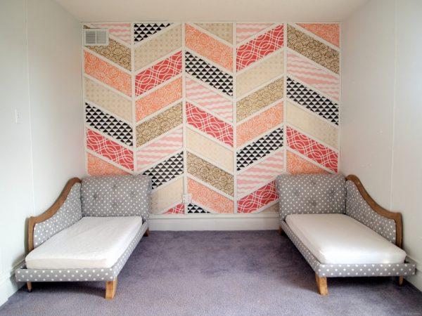 Комбинированные обои на стене