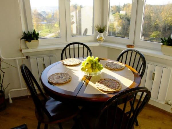 Кухонный стол в эркере