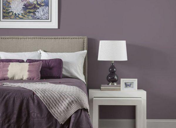 Серо-фиолетовые оттенки в темных и бледных разновидностях в интерьере спальни