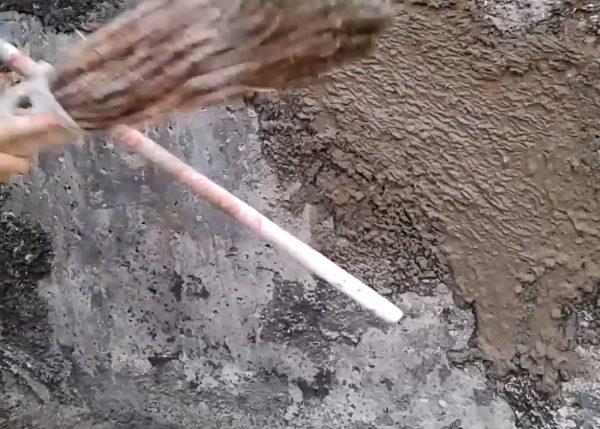 Набрызг штукатурки шубы веником