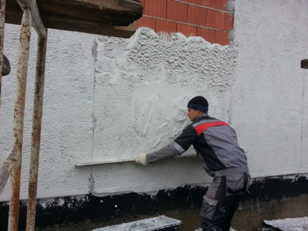 Нанесение теплой штукатурки на фасад