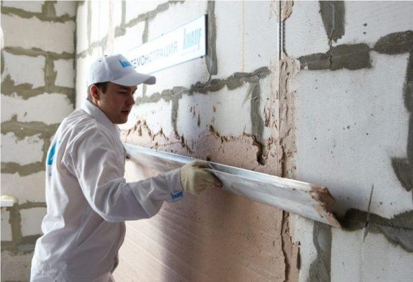 Нанесение штукатурки на бетонные стены