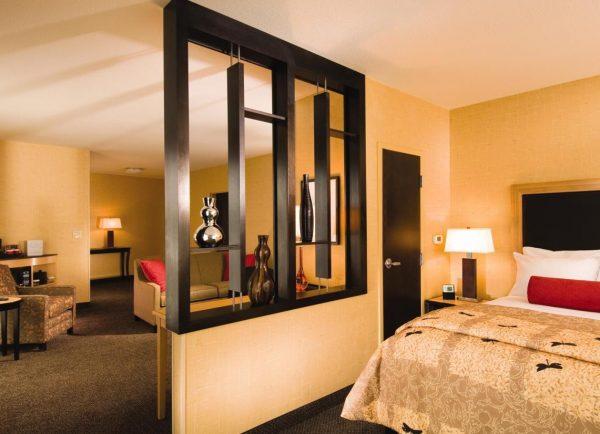 Перегородка для зонирования спальни