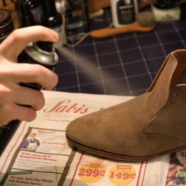 Распыление аэрозольной краски на ботинки