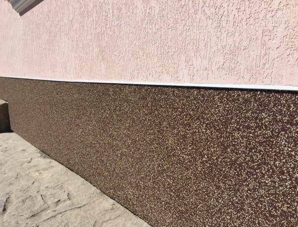 Покрытие цоколя здания мозаичной штукатуркой на полимерной основе