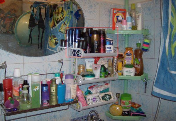 Полочка в ванной с косметикой