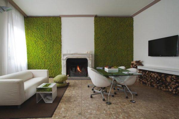 Искусственная трава на стене в интерьере гостиной