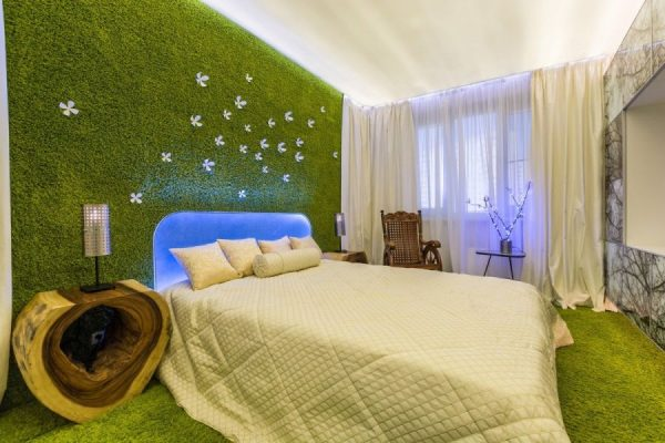 Искусственная трава на стене в интерьере спальни