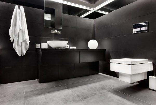 Темный интерьер ванной комнаты
