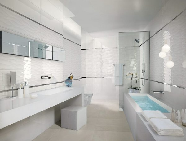 Ванная комната с белой плиткой