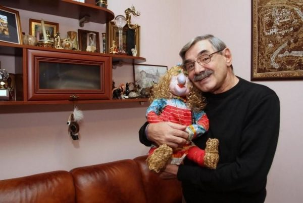 Александр Панкратов-черный в своей квартире на Тверской