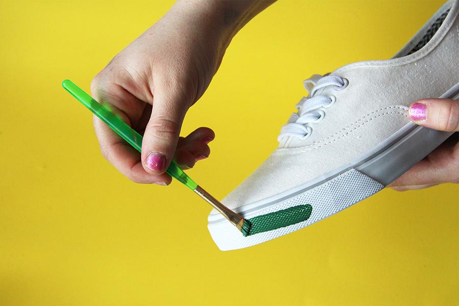 Чем покрасить белые кроссовки в домашних условиях